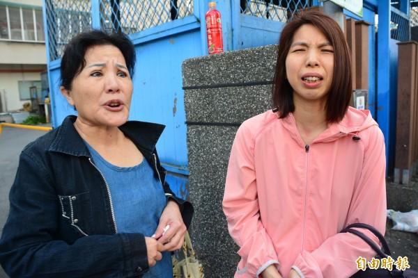 吳姓少年被砍遇害,吳母(右)與阿嬤難以接受,在母親節前夕,讓人情何以堪。 (記者游明金攝)