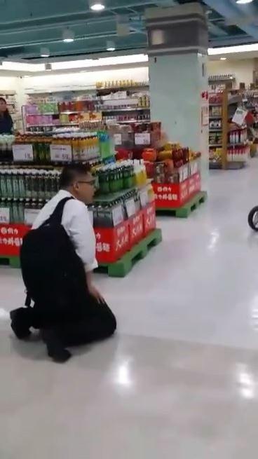 男子下跪哀求黃女不要報警。(圖擷取自芷俞臉書)