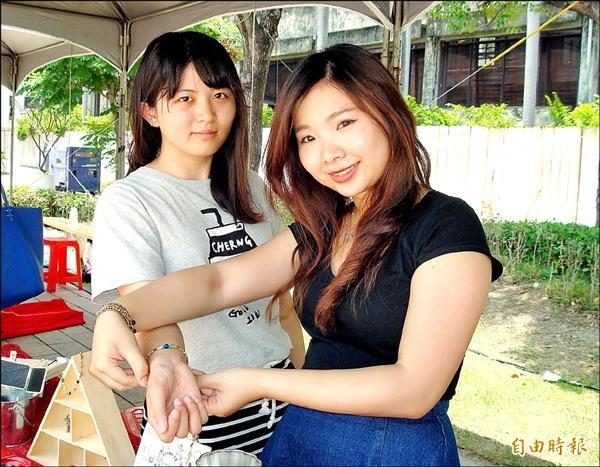 李佳玲(右)、陳秀娟兩位八年級女生半年前合力創業,設計個性化飾品。(記者張菁雅攝)
