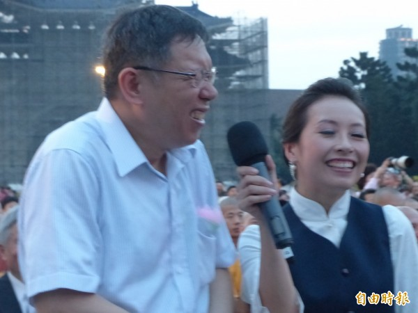 台北市長柯文哲傍晚參加慈濟的孝親感恩音樂會,主持人問他「母親節應該要對媽媽說什麼?」柯尷尬說出「媽媽,我愛妳」,讓大家哈哈大笑。(記者蕭婷方攝)