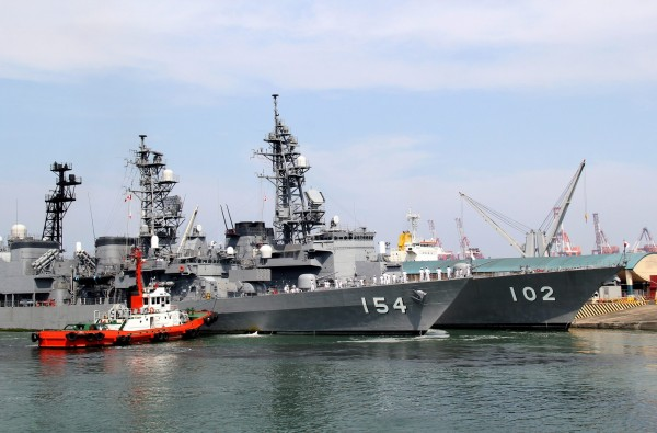 5月9日已有2艘日本軍艦春雨號(後)及天霧號(前)抵達馬尼拉港口,這兩艘軍艦也將參加12日與菲律賓的聯合軍事演習。(歐新社)