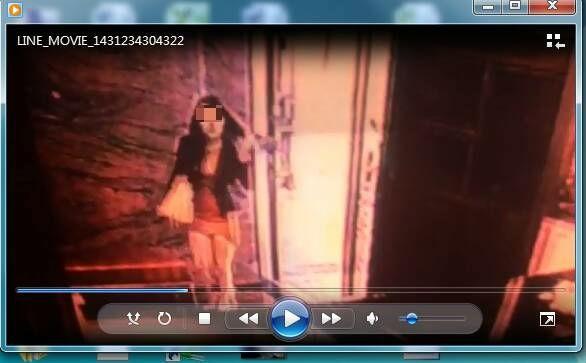 妙齡女子楊嘉嘉(著火紅洋裝者)為還巨債,下海接客。(記者吳張鴻翻攝)
