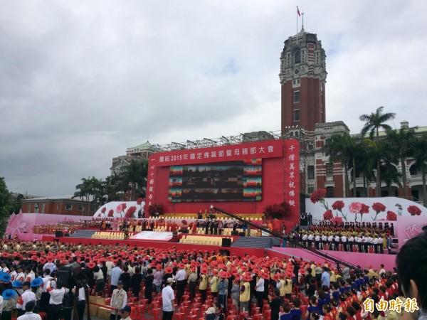 佛光山今天上午在總統府前的凱達格蘭大道舉行慶祝大會,緬懷佛陀的慈悲喜捨之心與感念普天下母親的浩瀚慈恩(記者甘芝萁攝)