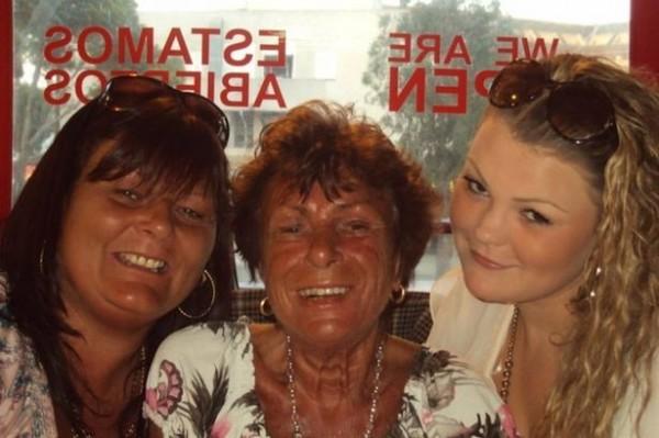 瓊恩(圖右)、祖母(圖中)和母親(圖左)都是太陽燈的重度使用者,僅管祖母在上個月時被診斷出罹患皮膚癌,也無法讓她們卻步。(圖取自鏡報)