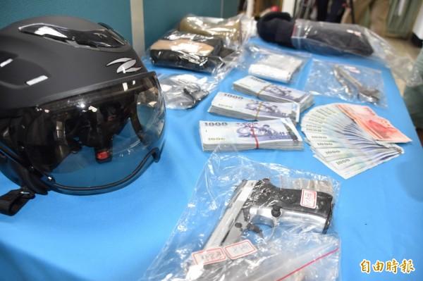 警方在蔡嫌住處起出玩具手槍等作案工具和剩餘贓款。(記者蘇福男攝)