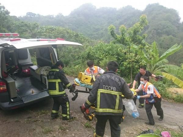 救護人員將無呼吸心跳的康婦送上救護車,準備送醫急救。(台中市消防局提供)