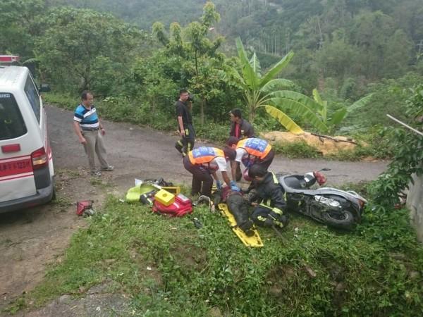 救護人員將無呼吸心跳的康婦拉上來,準備上擔架送上救護車急救。(台中市消防局提供)
