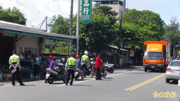台東警方取締違停不分晴雨,籲民遵守。(記者陳賢義攝)