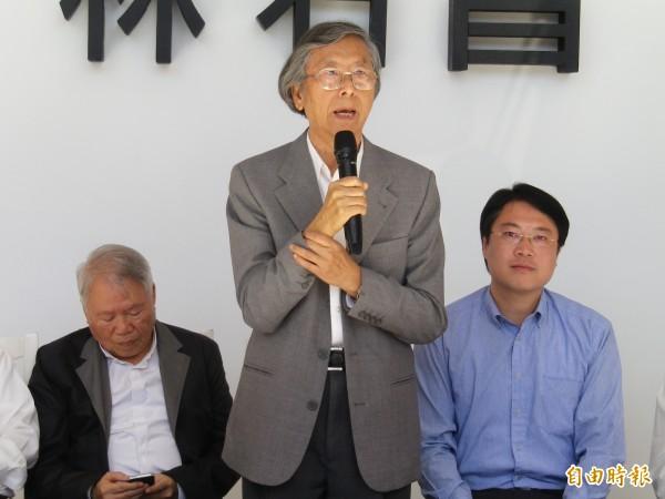 知名音樂家馬水龍(中)逝世,享壽76歲。圖為去年11月,他為民進黨基隆市長候選人林右昌(右)站台。(資料照,記者盧賢秀攝)