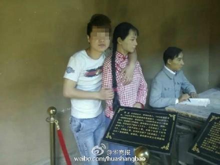 女雕像遇狼襲,被中國男遊客襲胸。(圖擷取《華商報》微博)