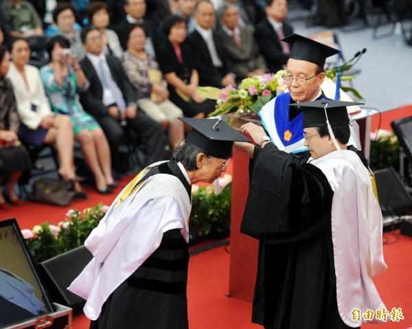 台大於101年舉行84週年校慶慶祝活動,頒贈名譽博士學位給音樂家馬水龍(左)。(資料照,記者方賓照攝)