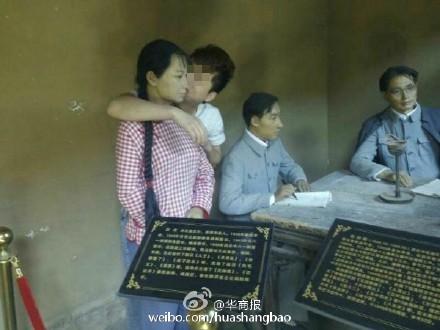 中國男遊客強吻雕像,讓中國媒體也不禁要問「素質去哪了?」(圖擷取《華商報》微博)