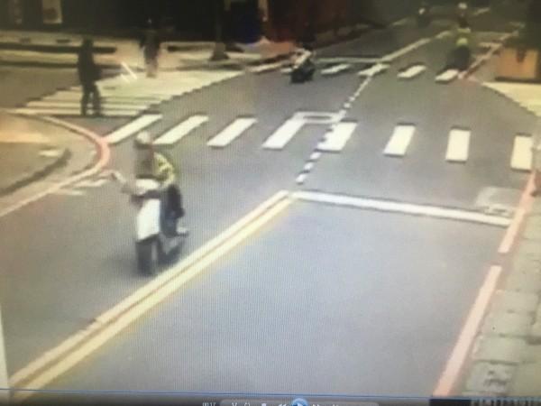 嫌犯(畫面左側銀色機車)搶奪得手後逃離現場。(記者曾健銘翻攝)