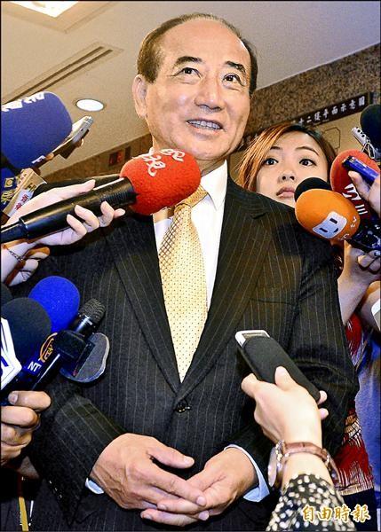 立法院長王金平昨被媒體追問何時去領表參加國民黨總統初選,竟哼起「等無人」這首歌。(記者王藝菘攝)