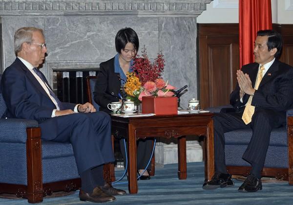 圖為總統馬英九(右)11日上午在總統府接見美國在台協會(AIT)主席薄瑞光(左)等人,並就兩岸關係等議題交換意見。 (中央社)
