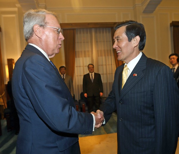 總統馬英九(右)昨接見美國在台協會(AIT)主席薄瑞光(左)。(中央社)