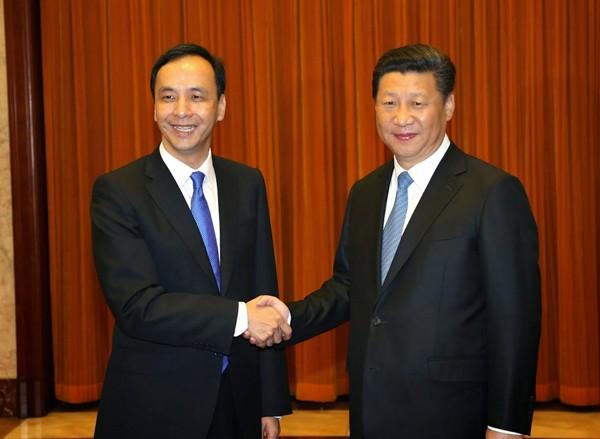 國民黨主席朱立倫(左)、中共總書記習近平(右)。(歐新社資料照)