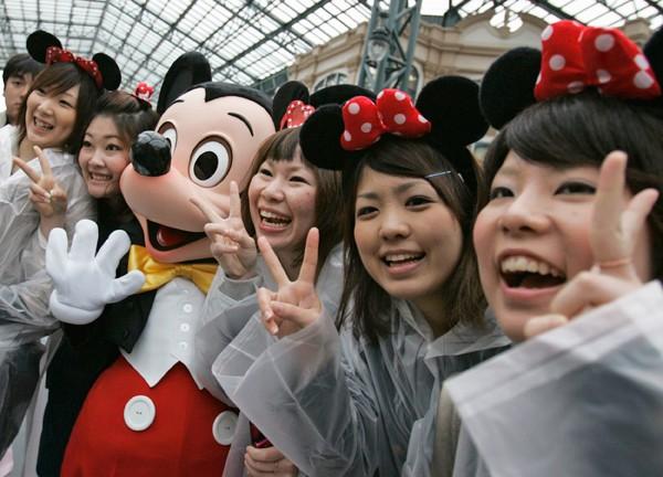 日本迪士尼5月起禁止在園區內使用自拍神器,京都部分寺院也開始跟進,未來範圍可能持續擴大。(路透資料照)