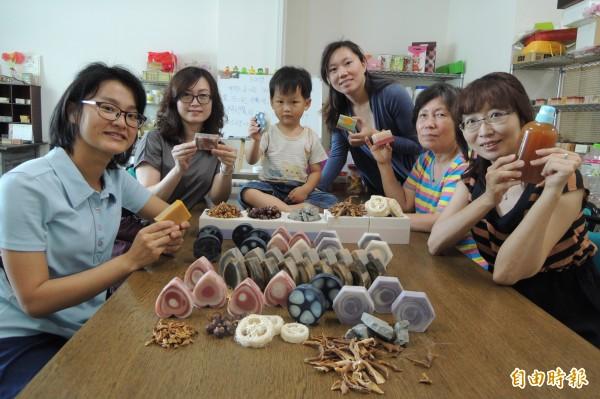 曾文社大的農產品手工皂班師生,共同用台南的柚花、絲瓜、無患子等,製作成各種家鄉風情的手工皂。(記者劉婉君攝)