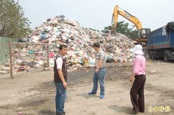 斗六市垃圾轉運站已積存800多噸垃圾,造成環境污染。(記者林國賢攝)