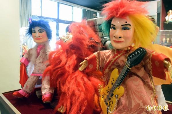 新莊文化藝術中心舉辦文創戲偶展,「鐵獅玉玲瓏」的藝人澎恰恰、許效舜化身布袋戲偶,逼真逗趣。(記者陳韋宗攝)