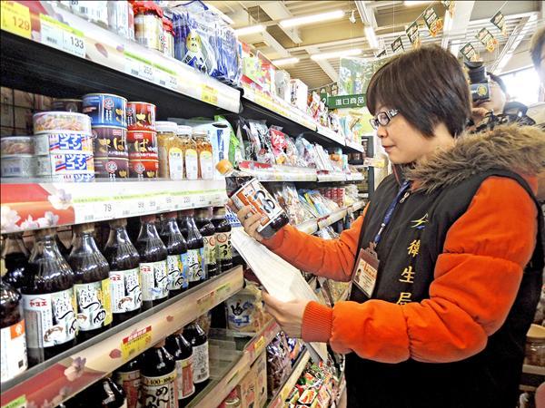 台灣週五起實施日本輸入食品都需檢附產地證明文件及輻射檢測報告,日本政府要求撤銷該項措施,宣稱不排除向世貿組織提告。圖為三月時衛生局人員稽查超市的日本食品是否有核災區食品。(資料照)