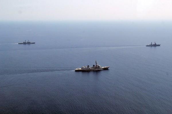 日本海上自衛隊和菲律賓海軍十二日在南海舉行歷史性的首次聯合演習。(法新社)