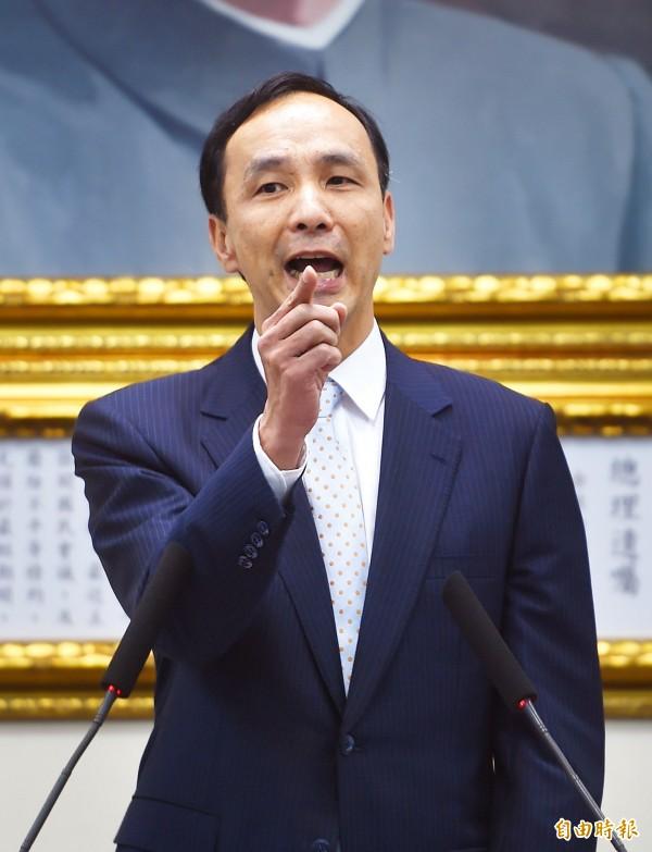 國民黨主席朱立倫諷刺說,台灣不是假太多,而是政治人物「假話」太多。(記者方賓照攝)