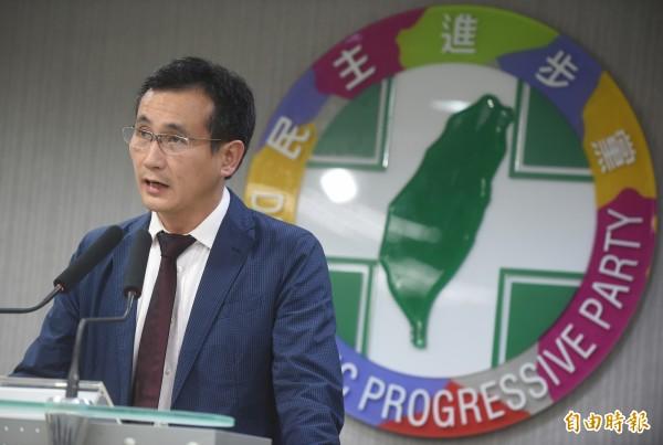 民進黨發言人鄭運鵬在今日中常會結束後,說明立委提名進度。(資料照,記者劉信德攝)