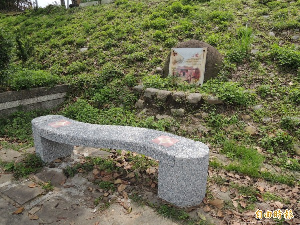 有民眾開完笑地指關西牛欄河畔的石頭解說牌像墓碑。(記者廖雪茹攝)