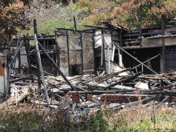 虎尾糖廠又一棟日式老宿舍被燒得滿目瘡痍。(記者廖淑玲攝)