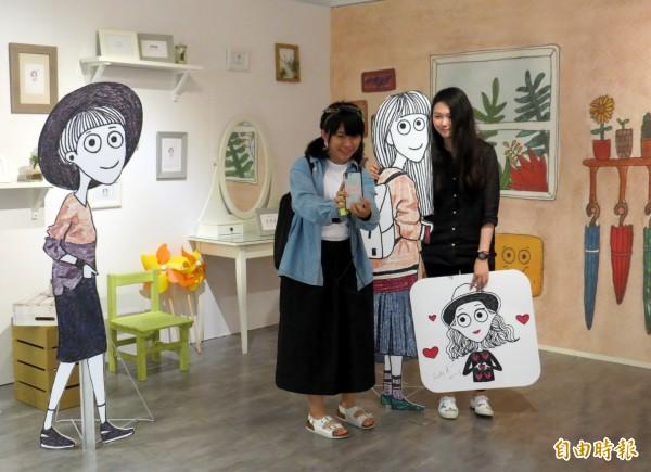 粉絲開心地與插畫家DOROTHY(右)自拍。(記者張菁雅攝)
