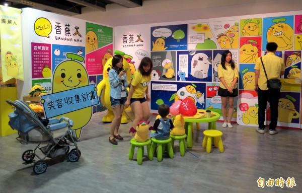 LINE貼圖台灣排行榜第一名的香蕉人,正展開笑容收集計畫。(記者張菁雅攝)