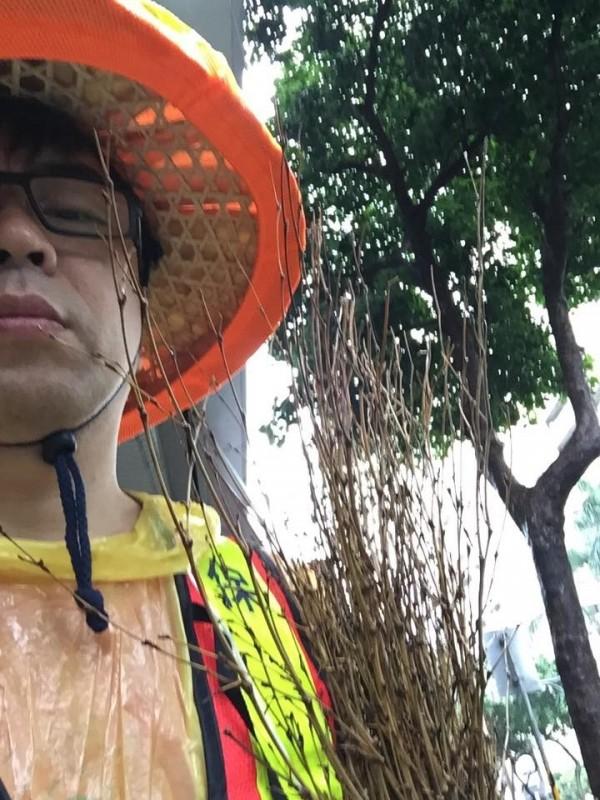 民進黨立委段宜康身穿清潔隊服裝服勞役。 (取自段宜康臉書)