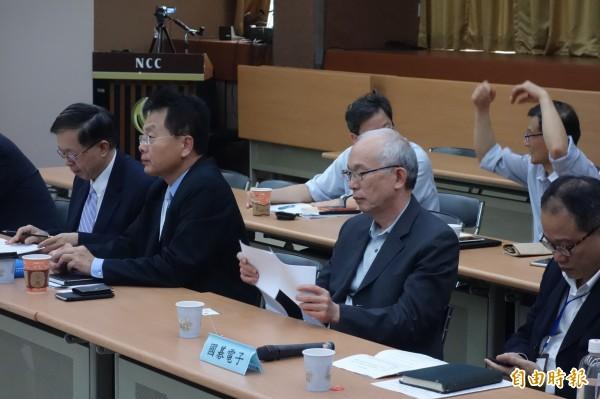 明天就要開台的國碁電子也出席聽證會,總經理黃南仁(右二)異常低調。(記者蔡穎攝)