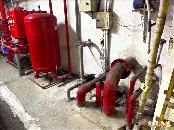 皇家公寓大廈目前必須仰賴人工啟動馬達,加壓送水以疏通管線,讓家庭污水排出。(記者李雅雯攝)