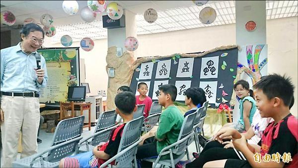 台灣本土音樂家簡上仁(左)與梅北國小學童互動熱絡。(記者余雪蘭攝)