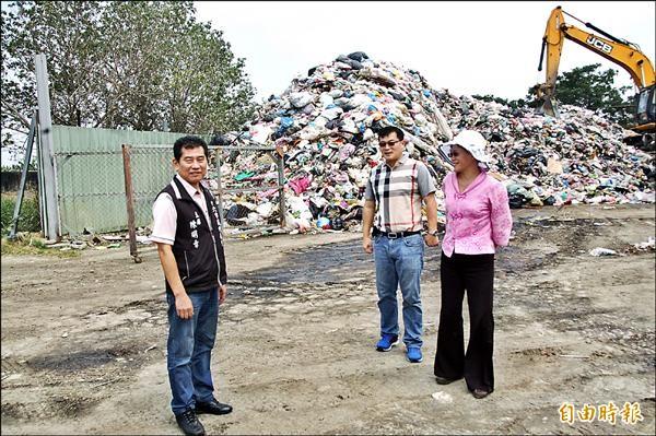 斗六市長謝淑亞(右)、縣議員林聖爵(中)與代表會主席陳明章(左),要求環保局立即解決堆積垃圾清運問題。(記者林國賢攝)