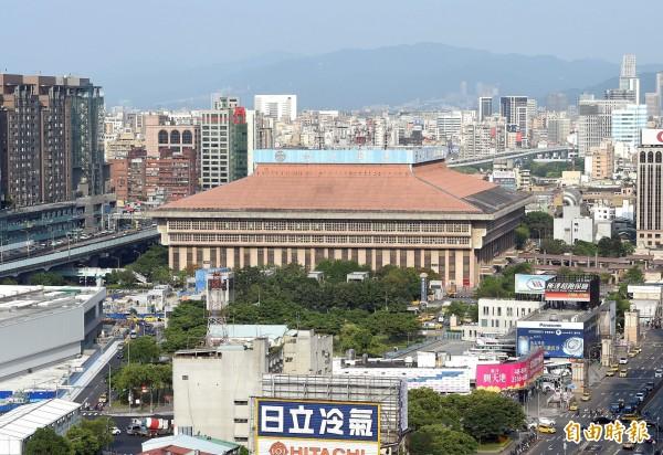 台鐵將耗資4億元,將全面翻新台北車站屋頂和地板。(資料照,記者方賓照攝)