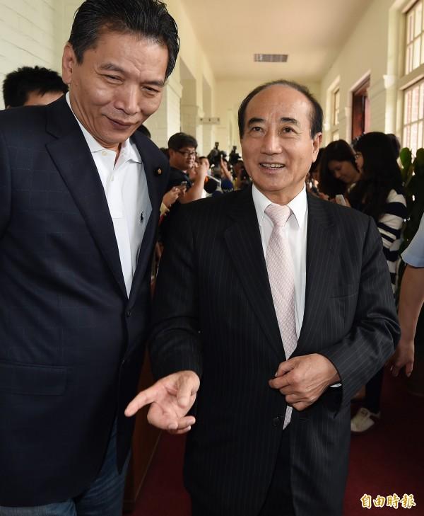 立法院長王金平(右)今天接見外賓時,面對媒體詢問依舊不願鬆口。(記者廖振輝攝)