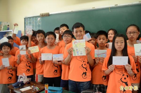 前進金門教獨輪車,社頭國小學生畫卡片自籌旅費。(記者顏宏駿攝)