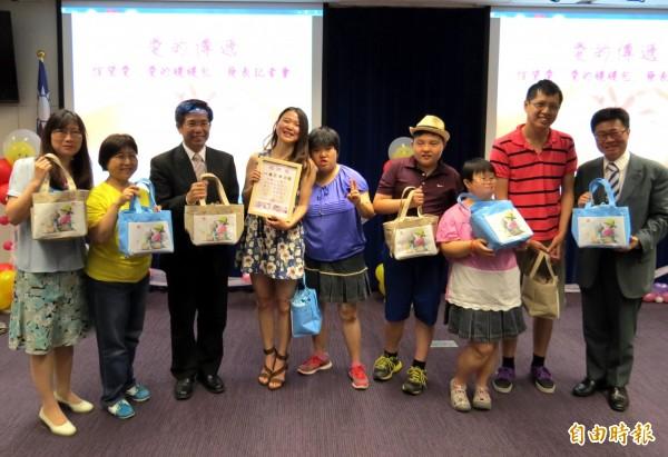 捐款信望愛中心送暖暖包,台中市副市長潘文忠(左3)、社會局長呂建德(右1)當場各認購10個。(記者張菁雅攝)