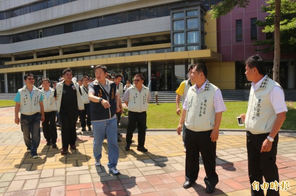 六輕兩工會成員為求工作權,到縣府遞交陳情書。(記者詹士弘攝)