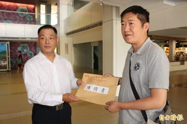 麥寮汽電公會理事長王鎮緯(右),到縣府遞交陳情書。(記者詹士弘攝)