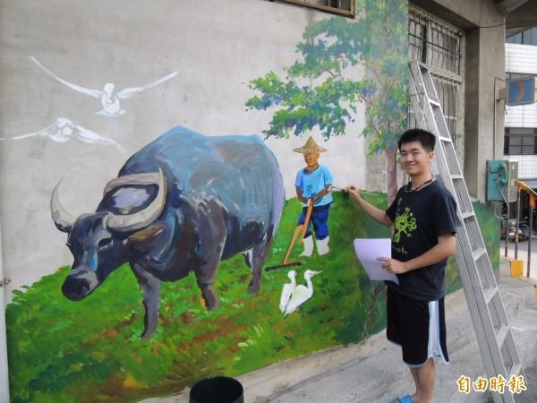 三義在地的年輕藝術家陳浩宇,自發性彩繪農夫辛勤農耕圖騰,充滿客家味。(記者張勳騰攝)