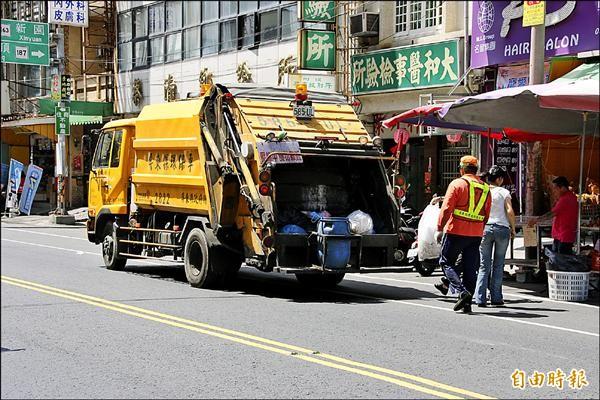 東港鎮公所下午一點加派垃圾車,減少晚間垃圾量。(記者陳彥廷攝)