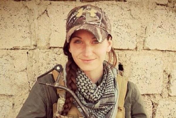 美國25歲的單親媽媽約翰斯頓,為了對抗激進組織「伊斯蘭國」(IS),放下3名子女隻身前往伊拉克,與庫德族並肩作戰。(圖片擷取自《泰晤士報》)