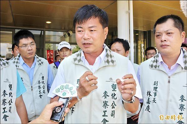麥寮汽電廠工會及塑化麥寮工會代表到雲林縣政府陳情,要求確保工作權。(記者詹士弘攝)