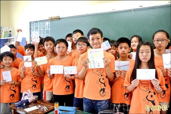 社頭國小六年一班發起「跨海到金門教獨輪車」,學生以畫卡片和獨輪車表演的方式自籌旅費。(記者顏宏駿攝)