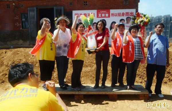 王寶萱(左四)宣布參選桃園市第一選區立委,航空城、A7自救會居民送上好彩頭。(記者鄭淑婷攝)